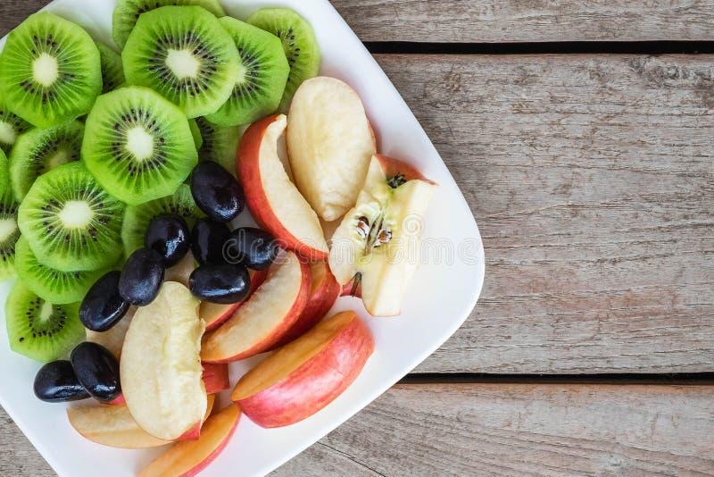 Frutas mezcladas con las manzanas y kiwi y uvas sanas fotos de archivo