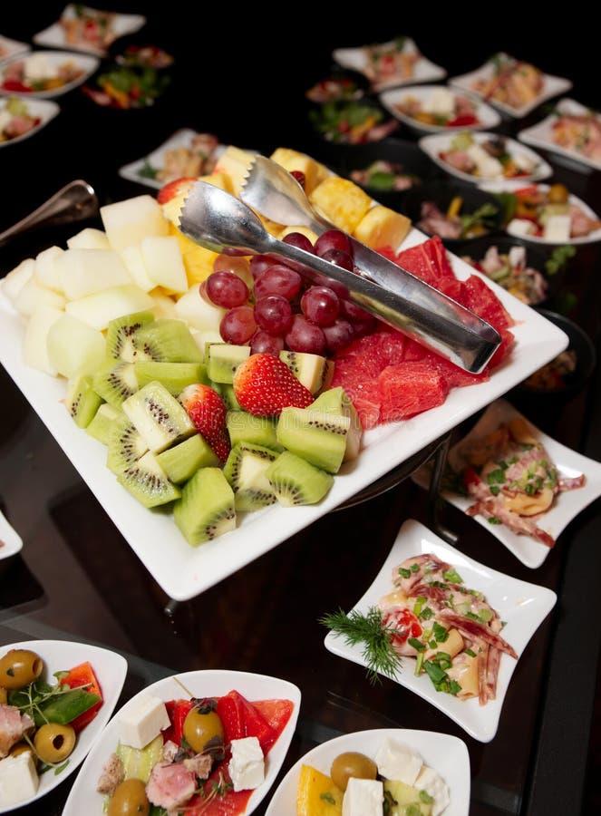 Frutas na placa imagem de stock