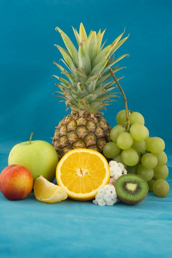 Frutas no azul imagens de stock royalty free