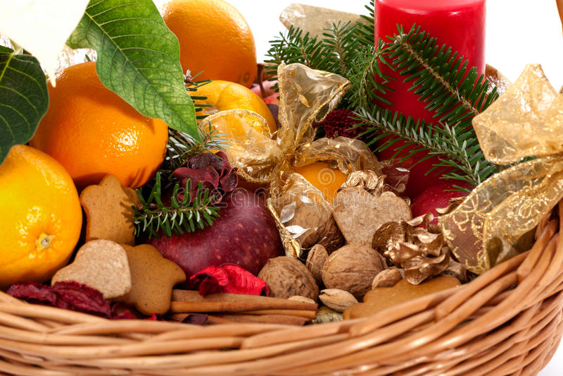 Frutas, nueces y panes de jengibre en cesta fotografía de archivo libre de regalías
