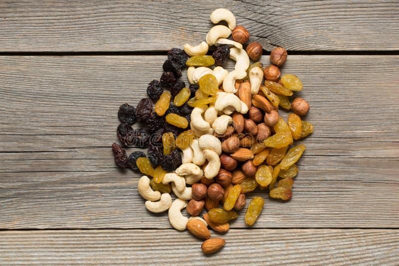 Frutas Nuts y secadas en una tabla de madera foto de archivo