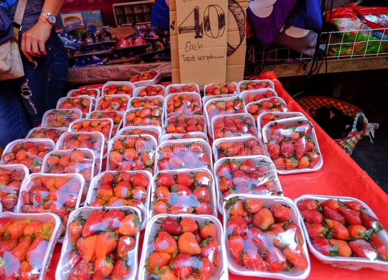Frutas rojas de la fresa en el mercado rural fotografía de archivo