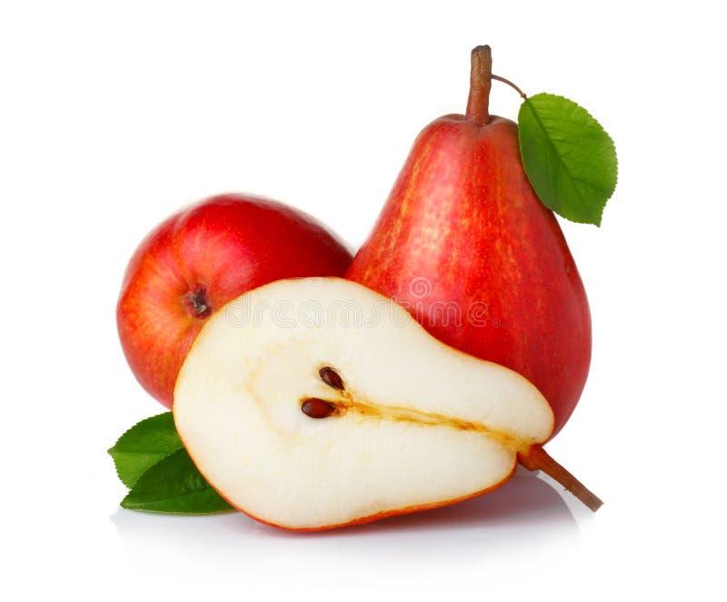Frutas rojas maduras de la pera con las hojas verdes  imágenes de archivo libres de regalías