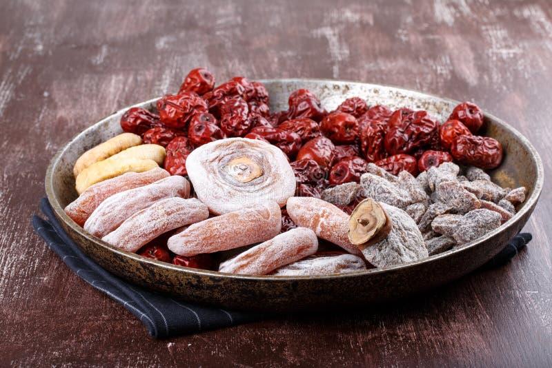 Frutas secadas - caqui, higos, fechas o azufaifa roja y ciruelo cortado salado foto de archivo libre de regalías