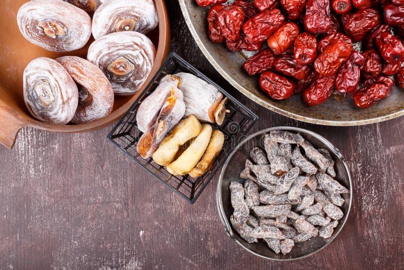 Frutas secadas - caqui, higos, fechas o azufaifa roja y ciruelo cortado salado fotos de archivo libres de regalías