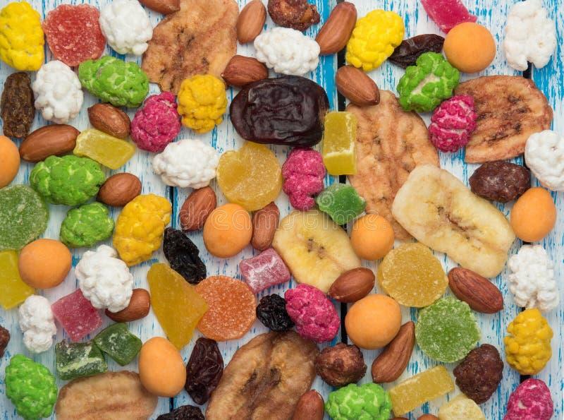 Frutas secadas de las frutas, nuts y escarchadas en una tabla de madera fotografía de archivo libre de regalías
