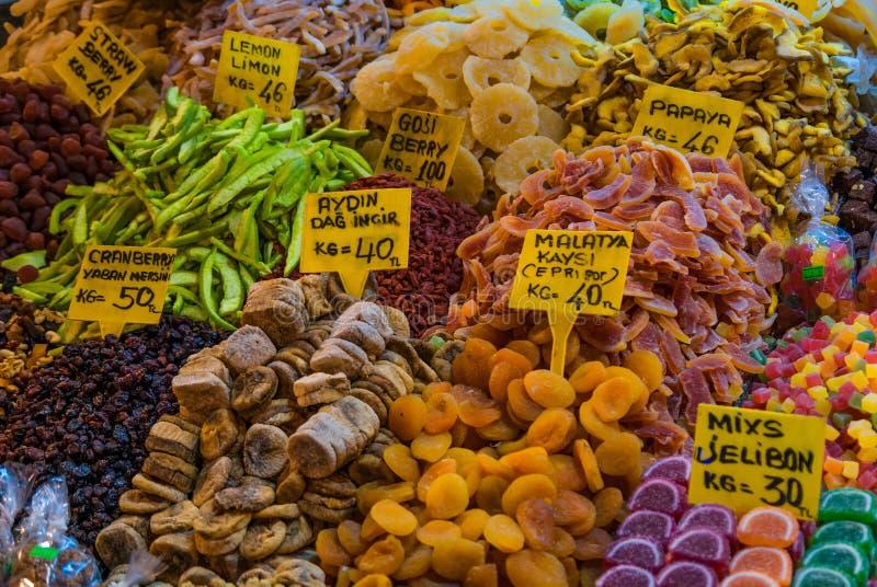 Frutas secadas en el bazar de la especia, Estambul, Turquía imágenes de archivo libres de regalías