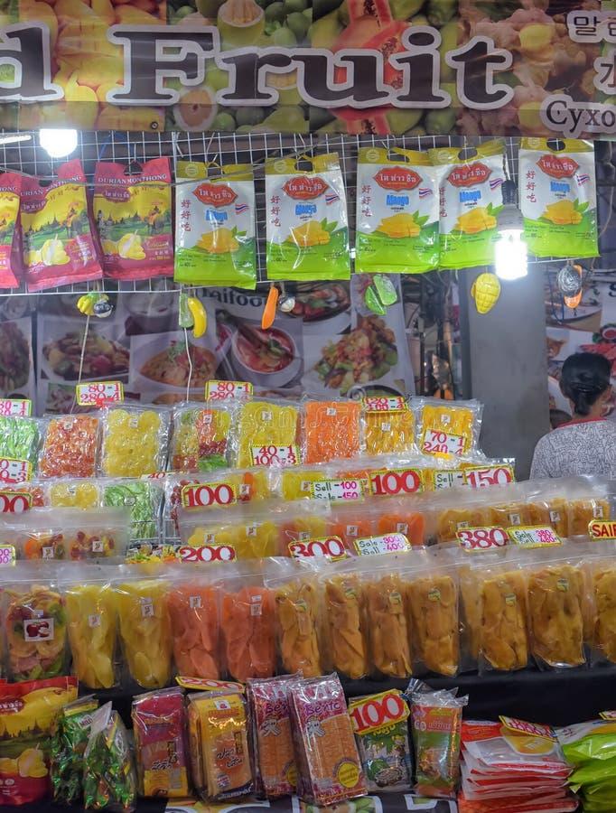 Frutas secadas en venta en el mercado imagenes de archivo