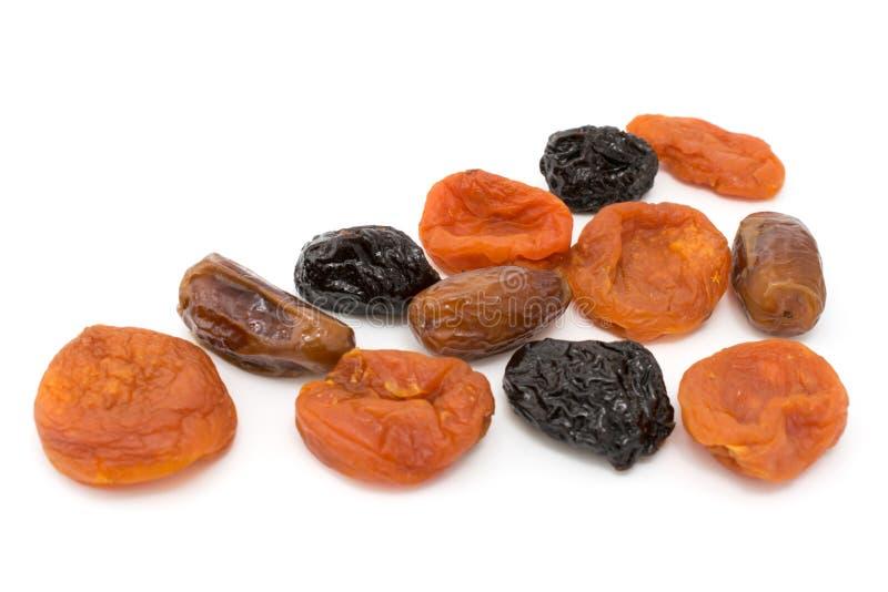 Frutas secadas, manzanas, ciruelos, albaricoques, higos aislados imagen de archivo