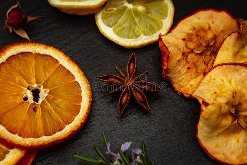 Frutas secas sobre un fondo negro fotos de archivo