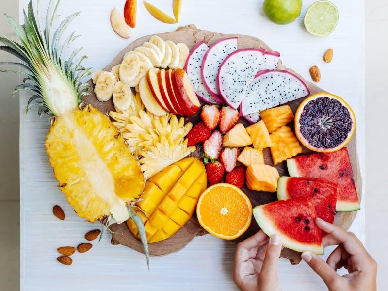 Frutas tropicales coloridas en la bandeja de la porción fotos de archivo libres de regalías