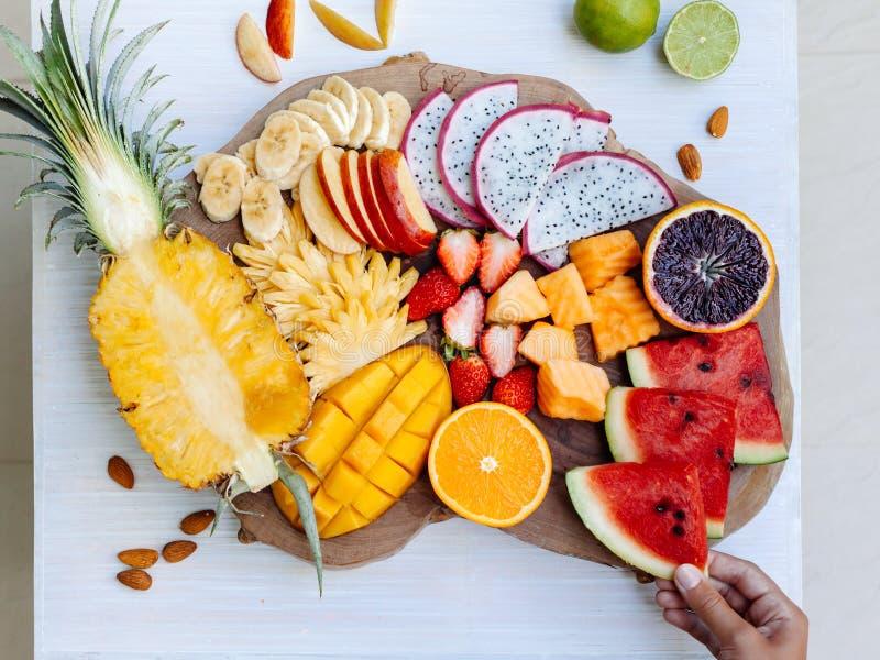 Frutas tropicales coloridas en la bandeja de la porción imágenes de archivo libres de regalías