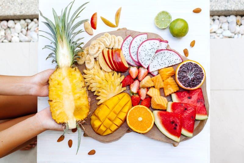 Frutas tropicales coloridas en la bandeja de la porción fotos de archivo