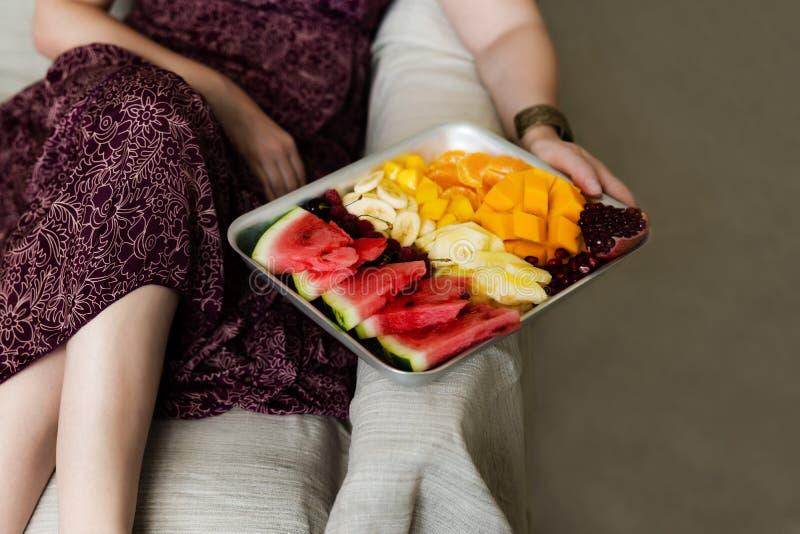Frutas tropicales coloridas en la bandeja de la porci?n Dieta sana del verano, desayuno del vegano imagenes de archivo