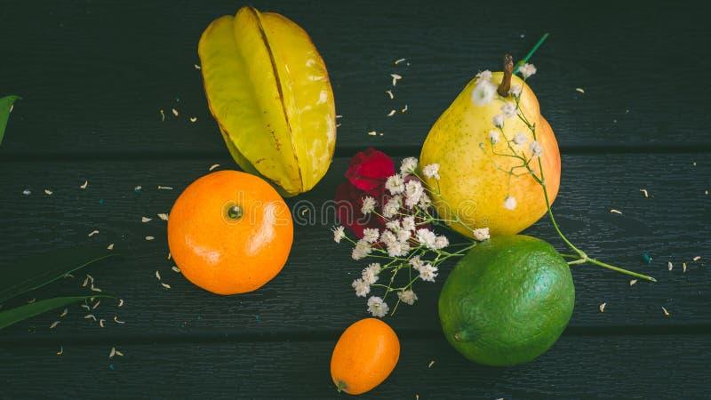 Frutas tropicales en la tabla fotografía de archivo libre de regalías