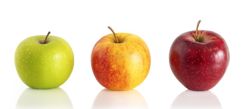 Frutas verdes, amarillas y rojas de la manzana aisladas en blanco imagen de archivo libre de regalías