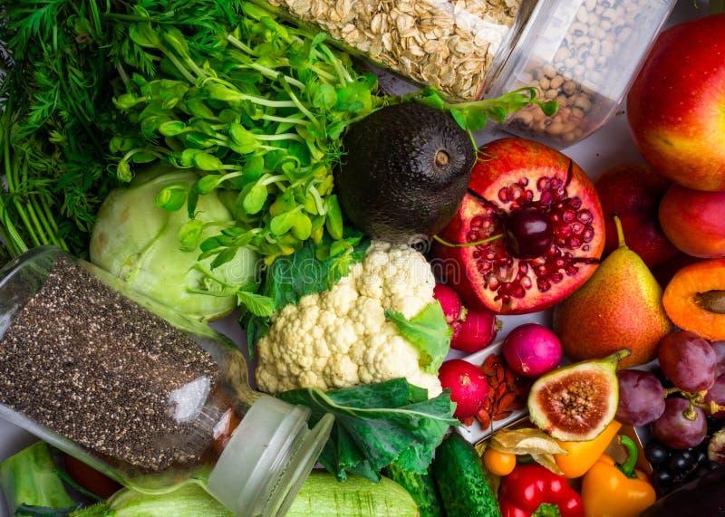 Frutas, verduras ricas en fibra de las vitaminas de los antioxidantes Superfoods de la comida, comida limpios y del detox sanos d imagen de archivo