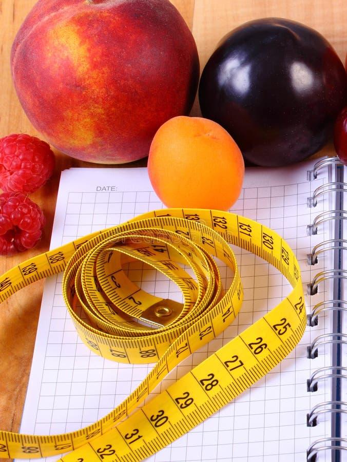 Download Frutas, Verduras Y Centímetro Con El Cuaderno, Adelgazar Y Comida Sana Imagen de archivo - Imagen de madera, vector: 64209271