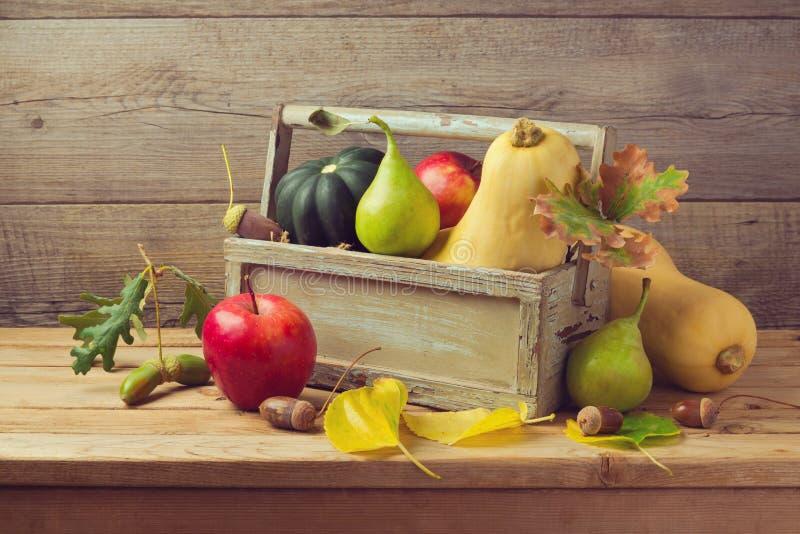 Frutas y calabaza del otoño en la tabla de madera Cena de la acción de gracias imagen de archivo libre de regalías