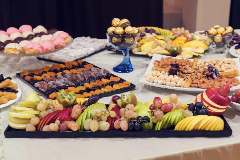 Frutas y dulces foto de archivo
