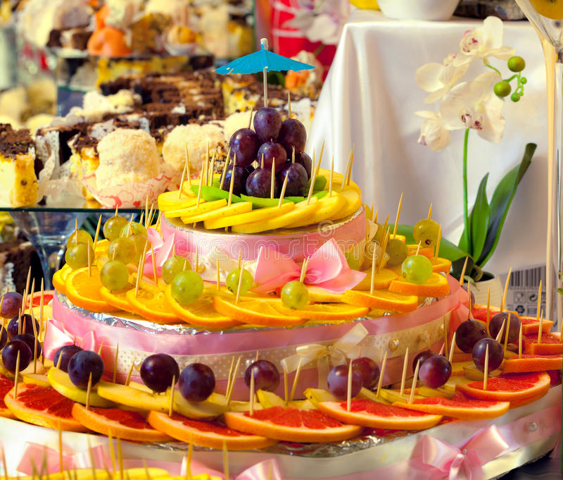 Frutas y dulces cortados para casarse la tabla fotografía de archivo libre de regalías