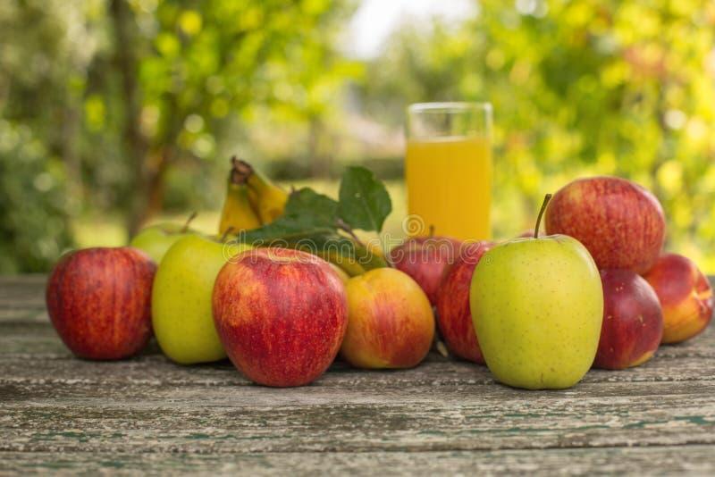 Frutas y jugo fotos de archivo