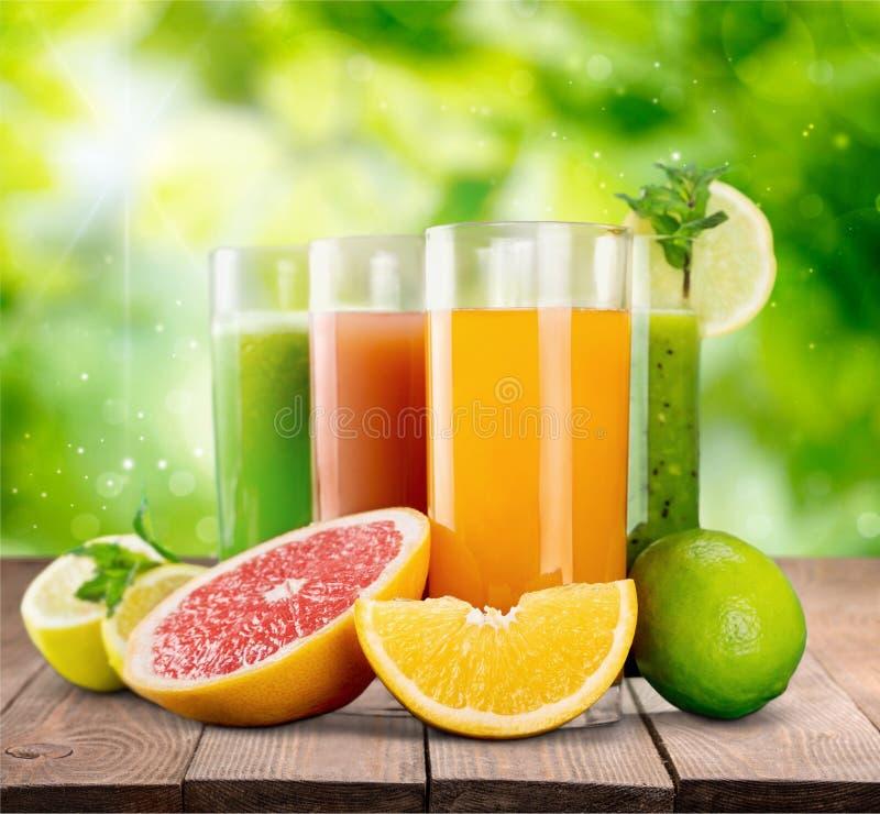 Frutas y jugo sabrosos con las vitaminas fotografía de archivo