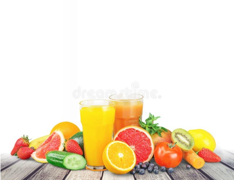 Frutas y jugo sabrosos con las vitaminas encendido fotografía de archivo libre de regalías