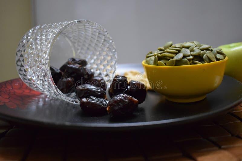 Frutas y nueces sanas foto de archivo libre de regalías