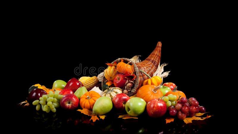 Frutas y verdura de la caída en una cornucopia imágenes de archivo libres de regalías