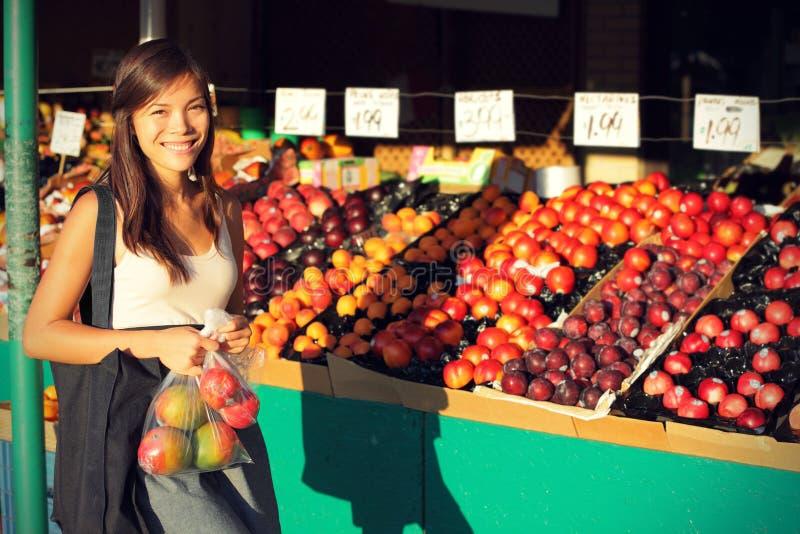 Frutas y verduras de compra de la mujer, mercado de los granjeros foto de archivo
