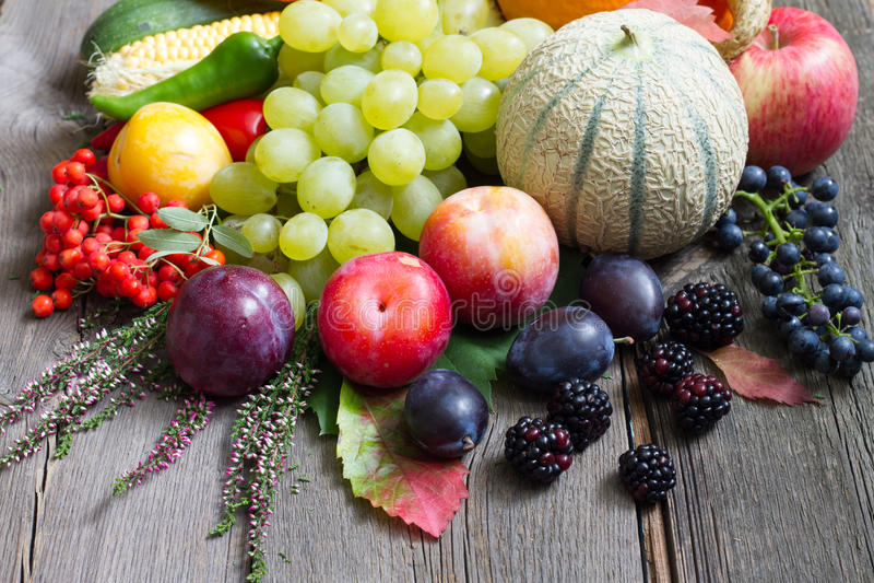 Frutas y verduras del otoño en vida retra de los tableros de madera aún fotografía de archivo