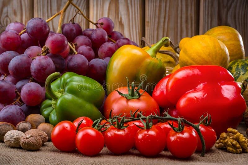 Frutas y verduras en del otoño todavía del vintage vida fotos de archivo libres de regalías