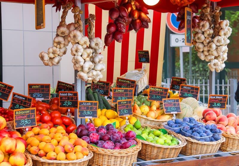 Frutas y verduras en el mercado italiano de la ciudad fotos de archivo libres de regalías