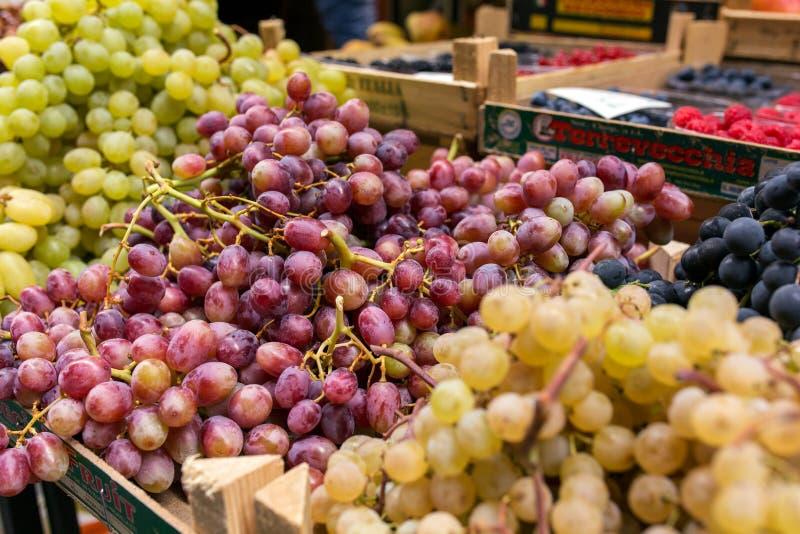 Frutas y verduras en las cajas para la venta en mercado italiano imagen de archivo