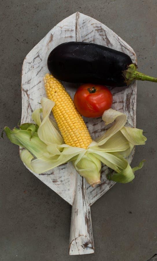 Frutas y verduras en una licencia de madera imagen de archivo