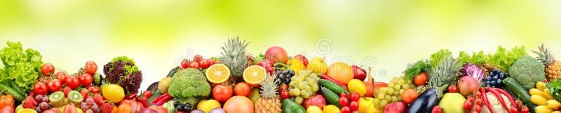 Frutas y verduras frescas de la variedad de la composición en fondo verde foto de archivo libre de regalías