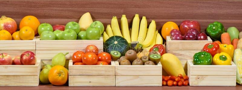 Frutas y verduras frescas en caja del woodem fotografía de archivo