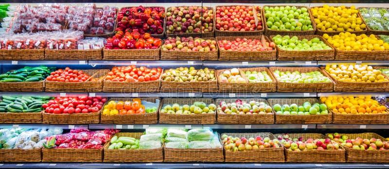 Frutas y verduras frescas en estante en supermercado imagen de archivo