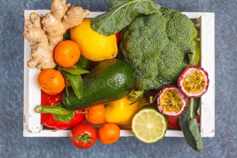 Frutas y verduras frescas en una caja de madera blanca Un veg sano imagen de archivo libre de regalías