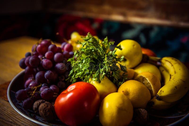 Frutas y verduras jugosas en una tabla de madera fotografía de archivo