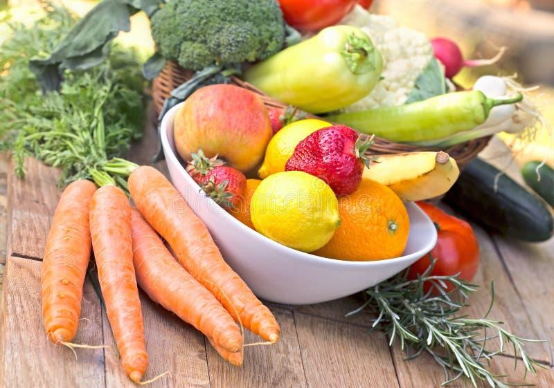 Frutas y verduras orgánicas frescas - comida sana imagenes de archivo