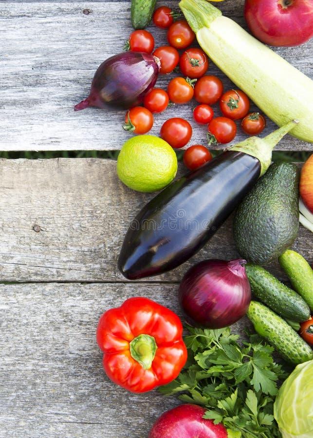 Frutas y verduras orgánicas frescas en la superficie de madera rústica, visión superior Desde arriba de, de arriba imagen de archivo libre de regalías