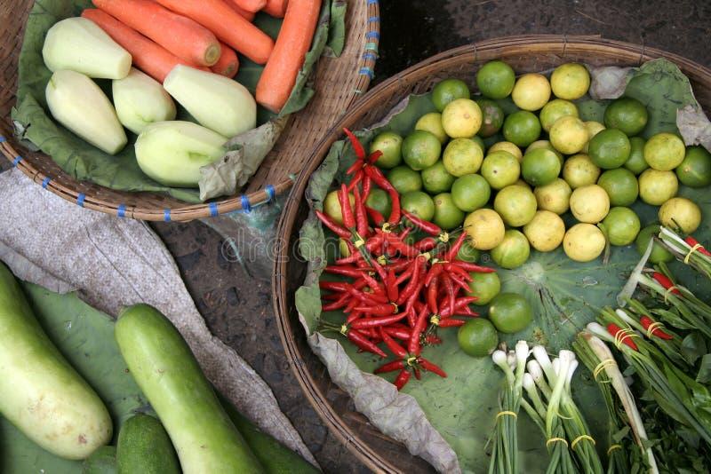 Frutas y verduras para la venta en el mercado: cebollas de la primavera, chiles, cales, pepinos, zanahorias… Camboya. fotografía de archivo libre de regalías