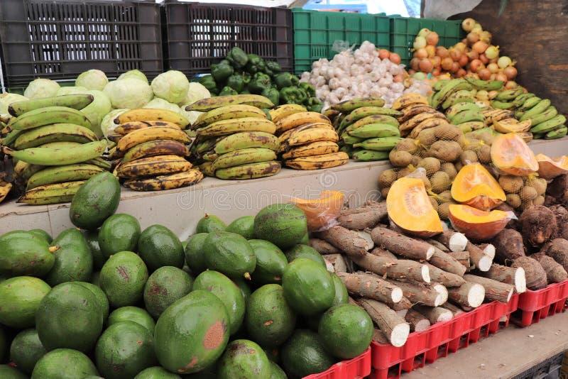 Frutas y verduras para la venta en el mercado flotante al aire libre en Willemstad, Curaçao foto de archivo
