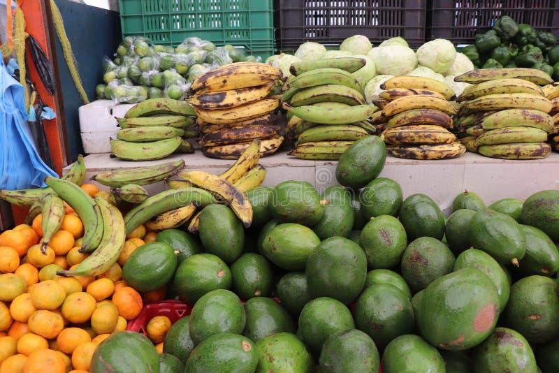 Frutas y verduras para la venta en el mercado flotante al aire libre en Willemstad, Curaçao fotos de archivo
