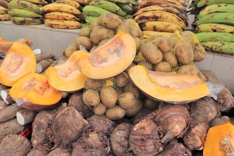 Frutas y verduras para la venta en el mercado flotante al aire libre en Willemstad, Curaçao imagenes de archivo