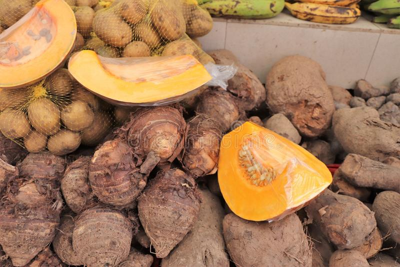 Frutas y verduras para la venta en el mercado flotante al aire libre en Willemstad, Curaçao foto de archivo libre de regalías