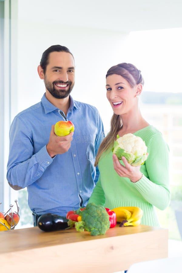 Frutas y verduras sanas de vida de la consumición de los pares imágenes de archivo libres de regalías