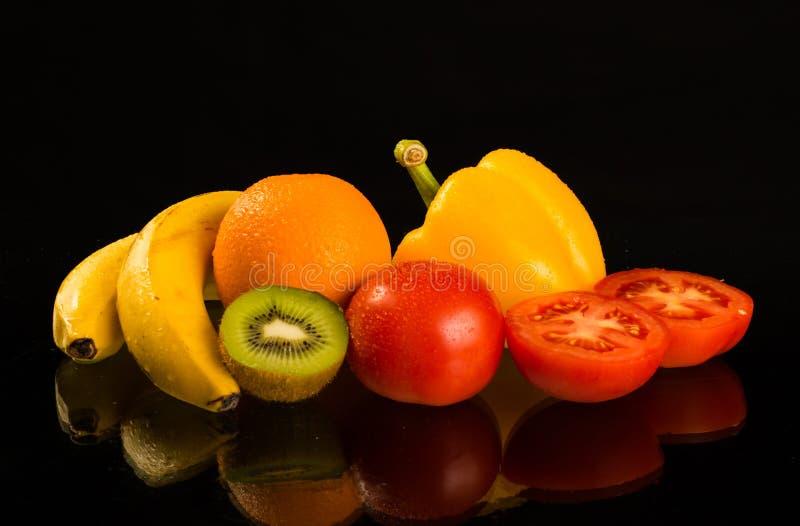 Frutas y verduras sanas frescas en fondo negro foto de archivo